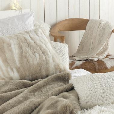 jete de lit gros beige tout doux pour habiller le lit d'une chambre cocooning.
