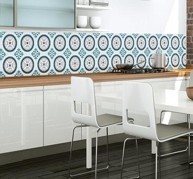 Un papier peint motifs carreaux de ciment dans la cuisine est une idée déco tendance pour relooker une crédence ou même les murs. En vinyle il est lessivable et résistant.