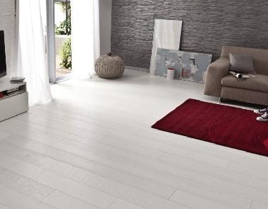 Un parquet tout blanc effet bois peint. Verni, il est mieux protégé qu'avec une couche de peinture. Ses lames se clipsent et s'adaptent aux grandes pièces contemporaines.