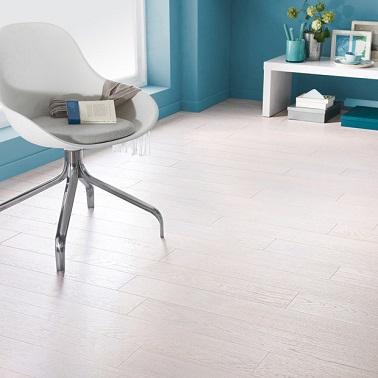 Ce parquet à clipser blanc polaire à lames larges décore le sol d'un salon ou d'une chambre. Lumineux car tout blanc, ce parquet est un revêtement sol blanchi chic.