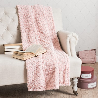 Du rose pastel sur un plaid c'est une ambiance féminine et douce assurée dans le salon ou la chambre.
