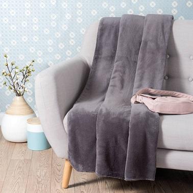 Un plaid en tissu en polaire couleur gris ardoise moderne et doux à la fois.
