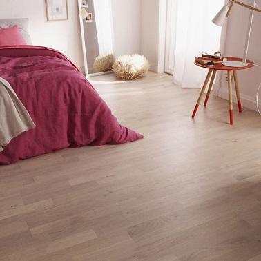 Pour une ambiance cocon dans la chambre, un parquet blanc est un revêtement de sol idéal car chaleureux. Les lames en chêne blanchi se clipsent dans la longueur.