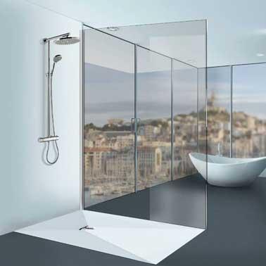 Todo blanco para una cabina de ducha elegante y de diseño, el nuevo plato de ducha Linéal Solid Surface de Lazer sin desagüe existe en su dimensión más grande 90 x 1,80 x 60 cm y hecho a medida.