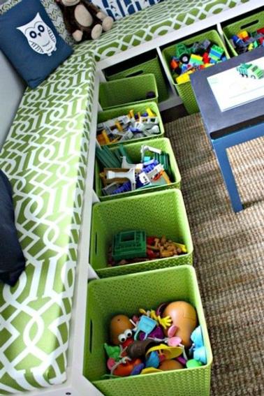 Pour la salle de jeux, transformez des meubles en rangements avec des bacs colorés. Idéal pour ranger tous les jouets qui trainent en deux temps trois mouvements.
