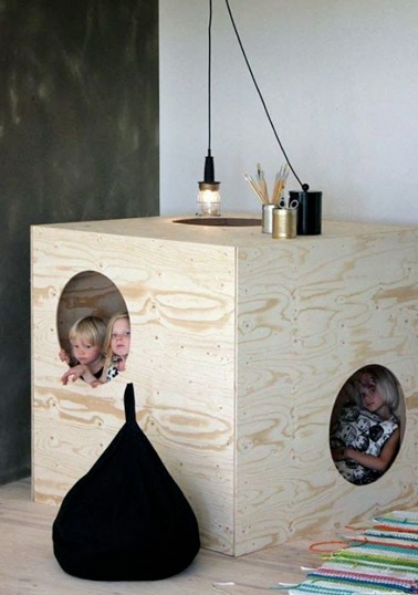 Une jolie petite cabane fabriqué par papa : Un petit espace original dans la salle de jeux, idéal pour ranger les jouets !