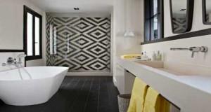 Carreaux de ciment et salle de bain, le duo déco. Au sol en mural, dans la douche italienne ce carrelage moulé dans le ciment fait la salle de bain design, zen, rétro