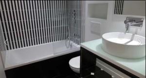 La couleur, une bonne astuce déco pour une petite salle de bain ? Une couleur déco avec la peinture, le carrelage, le sol de salle de bain et le petit espace s'agrandit. Les conseils couleur de Déco Cool appliqués à la salle de bain