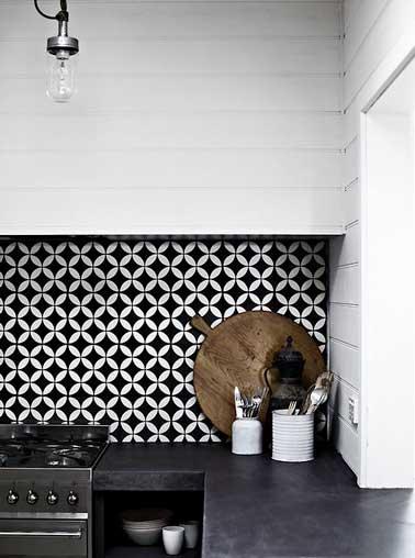 Duo de couleur noir et blanc pour la crédence adhésive de cuisine. Elément décoratif à part entière, la crédence est sublimée par le reste de la déco sobre.