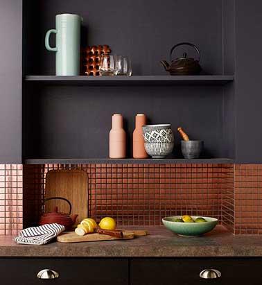 Duo de matière brillante et mat autour de la crédence de cuisine en carrelage adhésif cuivre. Cuivre et peinture mat signent cette déco raffinée.