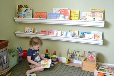 Rien de mieux que d'aménager et de personnaliser un petit coin lecture dans la salle de jeux des enfants pour leur donner le goût de la lecture