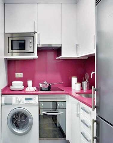 Crédence en résine fushia coordonnée au plan de travail en L dans cette petite cuisine. Brillance et couleur de la crédence apportent profondeur à la cuisine.