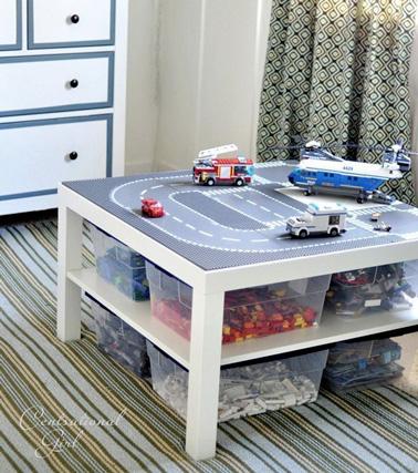 Un circuit de voiture fixé sur une table basse aux multiples rangement. Une idée astucieuse pour une station de voitures géante !