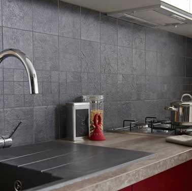 Aspect pierre structuré moderne pour ce carrelage murale posé dans la cuisine. Teinté dans la masse il est résistant et s'accorde avec le plan de travail