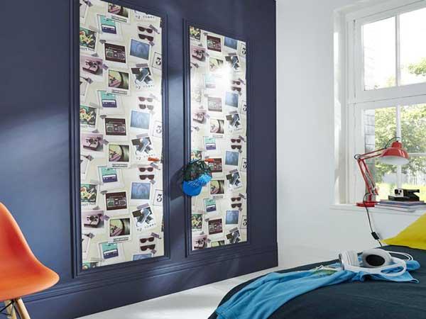 Au top la déco de chambre ado avec papier peint trompe l'oeil photos. Ici posé sur les boiseries du mur peint avec une couleur bleu foncé contrasté avec la chaise orange
