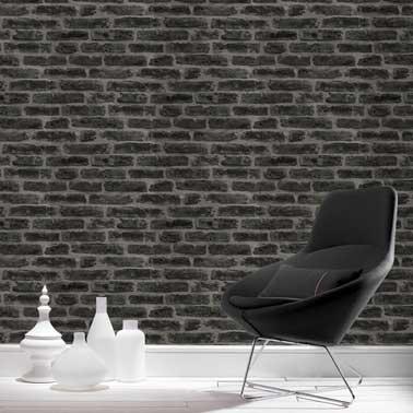 Ambiance indus avec ce papier peint intissé imitation pierre noirs. Parfait pour habiller le salon style loft avec son petit fauteuil noir design et le parquet blanc