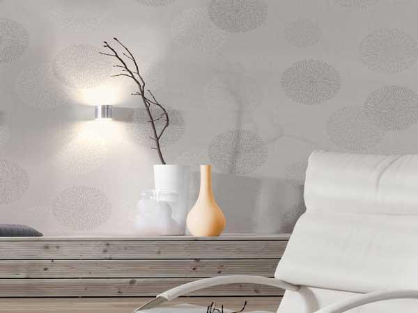 Ambiance cocooning du salon avec ce papier peint intissé motifs bulles gris et blanc. Effet relief lumineux en accord avec la console bois et le petit fauteuil blanc