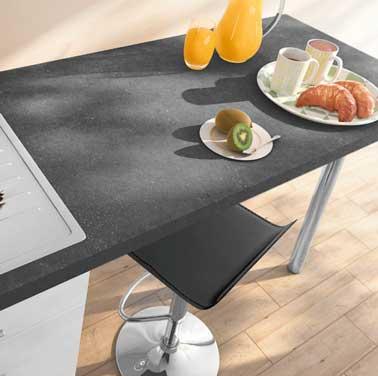 Plan de travail aspect pierre gris ardoise pour moderniser la cuisine. Belle épaisseur et surface de travail. Marié à un parquet clair et une chaise design