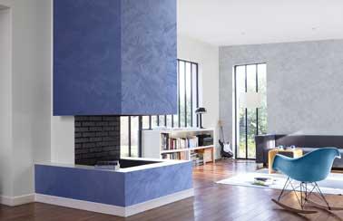 Duo de peinture nacrée bleu et gris perle. Appliquées sur les murs du salon et la cheminée ces couleurs contrastées réveillent le séjour.