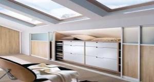 Pour l'aménagement d'un dressing sous pente, choisir un dressing sur mesure, placards déco dans une chambre sous comble, penderie sous le toit, conseils et idées déco pour personnaliservotre dressing
