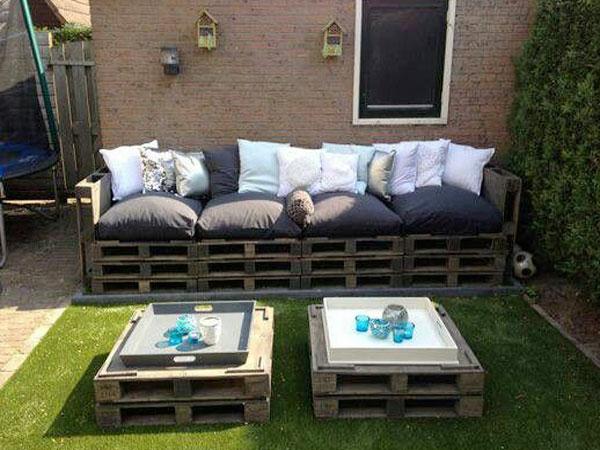 Réalisez un grand canapé d'extérieur avec des palettes pour créer un salon de jardin confortable et économique