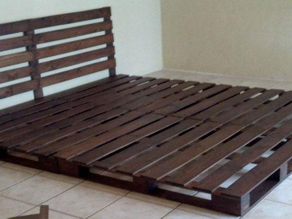 lit palette composé avec deux palettes pour le sommier et une troisième pour faire la tête de lit.