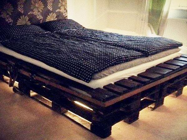 éclairé par des led ce lit en palette fait la déco de chambre avec une tête de lit en tapisserie