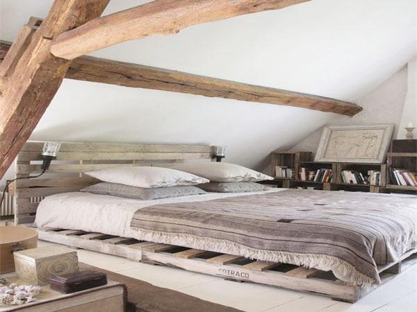 jeux de couleurs bois dans cette chambre sous pente avec poutres et lit palette