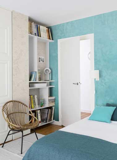 Chambre ado avec peinture à effet nacré turquoise et beige. Mixé avec chaise en rotin, étagères blanches, couette et oreillers turquoise. Peinture Diabolo Maison Déco