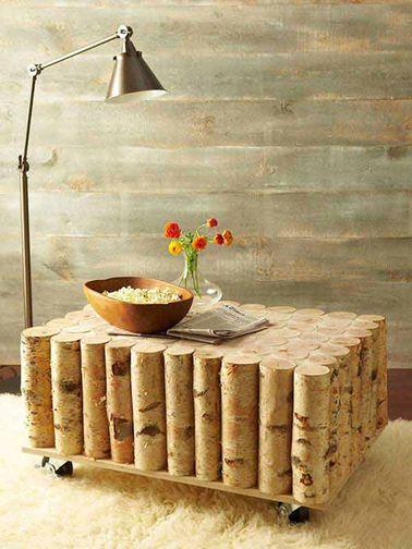 Pour faire une table basse en bois, vous aurez simplement besoin de quelques rondins de bois et d'une planche à roulettes : un projet DIY déco facile et original !