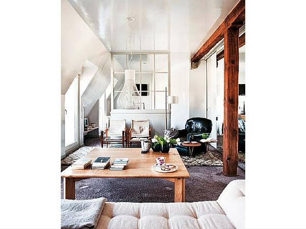 Les carreaux géométriques de cette verrière d'intérieur structurent la pièce tout en laissant passer un maximum de lumière. L'ensemble est peint en blanc comme les murs et le plafond de la pièce.