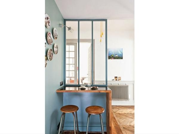 Prenez votre café du matin sur ce petit bar aménagé dans le salon et simplement délimité par une verrière intérieure à trois vitres.