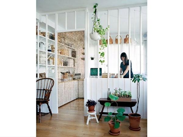 Une verrière et quelques plantes devant l'atelier, et on a l'impression d'être dans une serre ou un jardin d'intérieur: de quoi apporter fraîcheur et luminosité à votre déco salon!