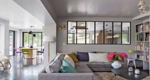 La verrière intérieure, une façon astucieuse et déco de séparer un espace sans cloisonner. Dans un salon, une cuisine, la verrière invitela lumière dans notre intérieur et lui donne un cachet déco tendance