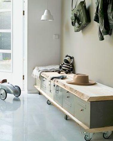 Un rangement chaussures à placer dans le hall d'entrée à faire avec des boîtes aux lettres de récup fixées sur deux planches et monter sur roulettes.