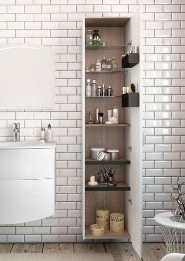 Dans la salle de bain le carrelage métro blanc s'égaie de joints gris perle qui mettent en avant la pose en quinconce des carreaux