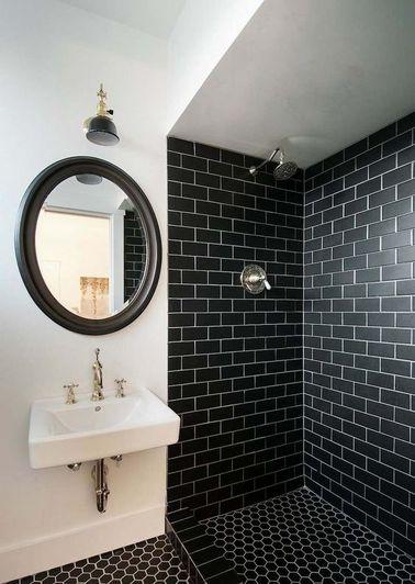 entre rétro et moderne la salle de bain se pare d'un carrelage métro sur les murs de la douche italienne en contraste avec la peinture blanc imaculé des autres murs et du plafond.