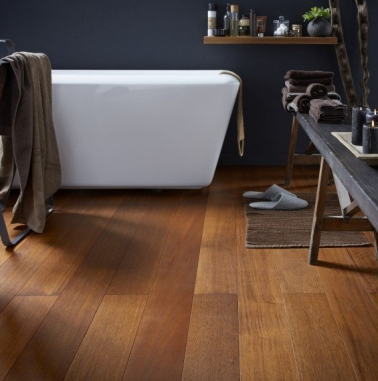 Le parquet massif apporte du cachet à la déco d'une salle de bain de couleur gris anthracite. Indémodable, il est aussi très agréable au quotidien, car il apporte de la chaleur.