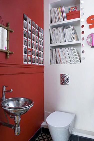 Une superbe idée pour aménager des toilettes uniques qui ne manquent pas d'originalité ! Une déco rouge et blanche pour des toilettes où une petite bibliothèque s'est judicieusement installée au dessus du WC