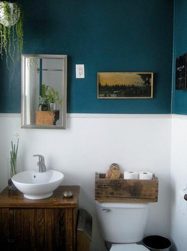 Une déco originale de couleur bleu canard pour des toilettes hyper tendance où les touches déco rappellent la méditerranée ! Une bonne idée pour relooker la déco des WC