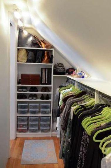 Pourquoi pas transformer ses combles en dressing qui n'est pas cher à aménager mais qui est super pratique pour vous ? Exploiter l'espace normalement perdu, ça agrandit la maison !