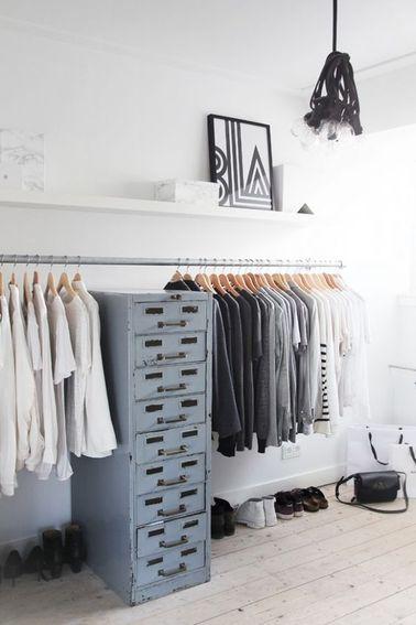Un dressing, ce n'est pas forcément des dizaines de modules qui coûtent une fortune. Avec une penderie, une étagère et quelques tiroirs, on obtient du rangement pas cher dans la chambre.