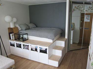 Ce lit avec rangement est posé sur une estrade assez haute pour y loger des placards et des tiroirs. La finition blanc et bois clair peut être transposée dans la plupart des chambres.