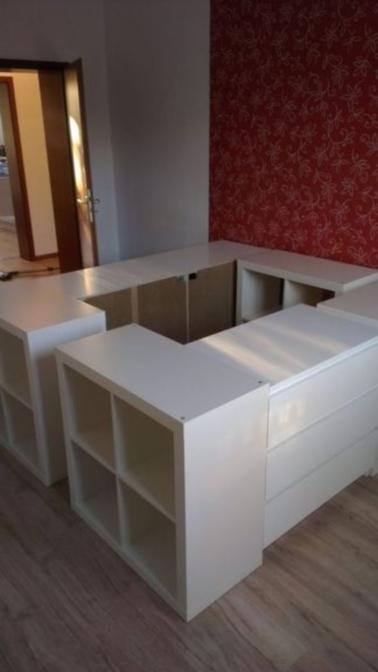 Pour concevoir un lit avec rangement, le mieux est de partir de l'existant. Ces étagères et commodes constituent une excellente base pour votre projet.