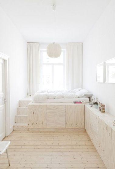 Un lit avec rangement peut devenir un élément à part entière de la décoration de la chambre, comme ici avec les placards installés tout le long du mur.