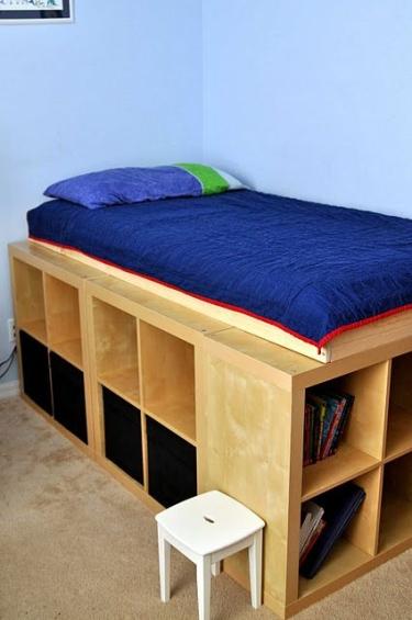 Ce lit et ses rangements ont été réalisés avec des étagères Ikea dans lesquelles peuvent rentrer des boîtes, des modules avec tiroirs ou des placards pour rester bien organisé.