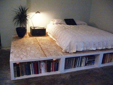 Un lit avec des rangements ne se borne pas forcément à la taille du matelas : pourquoi ne pas déborder un peu pour le transformer en estrade qui remplace les chevets ?