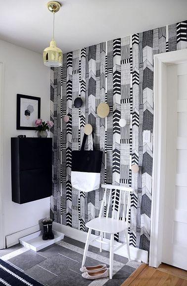 Depuis le hall d'un petit appartement on entre directement dans le salon ou la cuisine. pour créer un espace d'entrée séparé on délimite l'espace avec des matériaux déco et de couleurs en harmonie