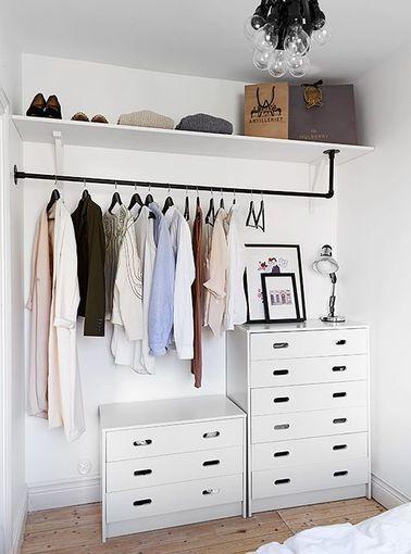 Le dressing est le rêve de chacun d'entre nous est ne constitue pas forcément un investissement cher : réutilisez vos meubles et installez une penderie pour exposer vos vêtements préférés.