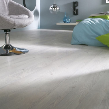 Changez de déco facilement même dans la salle de bain grâce au sol en PVC gris imitation parquet. Solide et facile à nettoyer, il est l'allié des petits budgets.